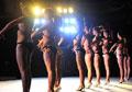 首届大中学生美女健美赛展肌肉